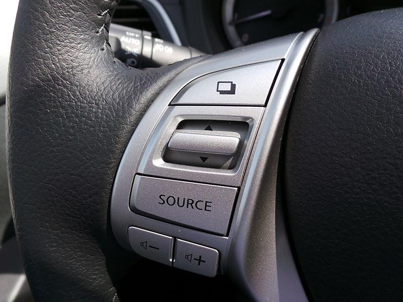 Nissan Tiida 2015 органы управления на руле
