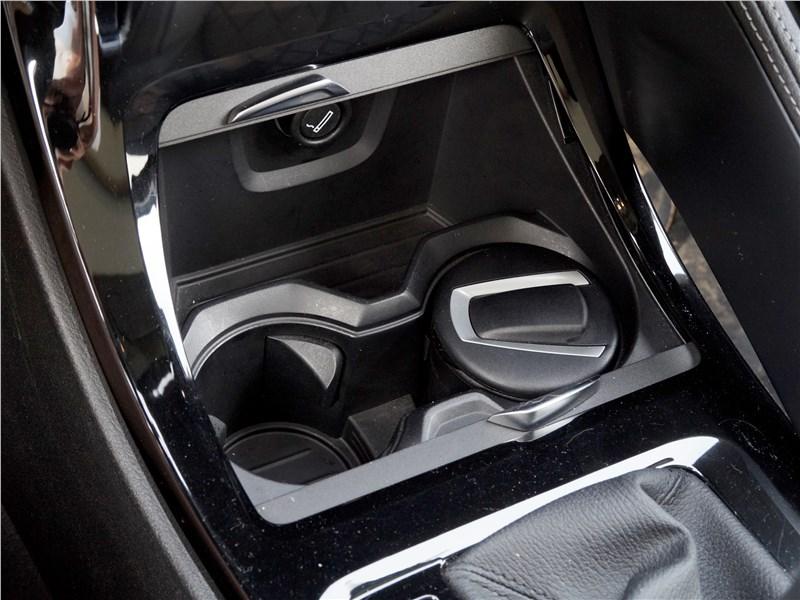 BMW X1 2016 отделение с подстаканниками