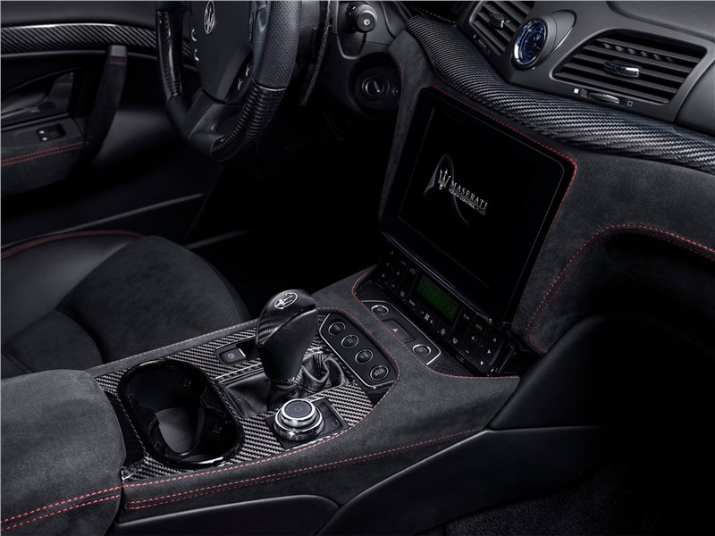 Maserati GranTurismo 2018 центральный тоннель