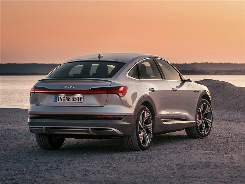 Audi e-tron Sportback 2021 вид сзади