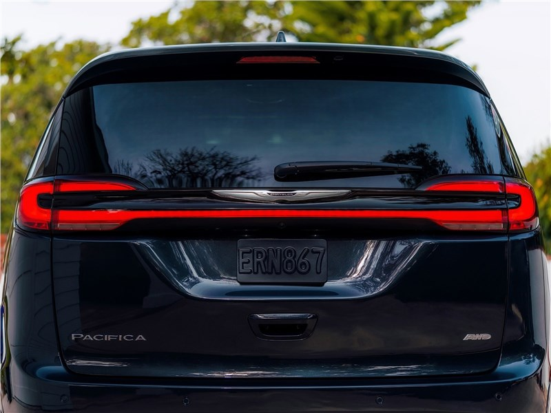 Chrysler Pacifica 2021 вид сзади
