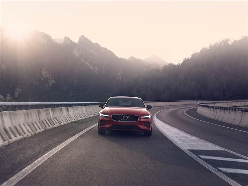Volvo S60 (2019) вид спереди