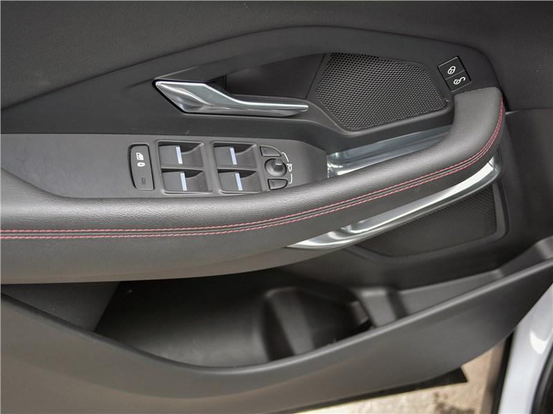 Jaguar E-Pace (2018) дверь