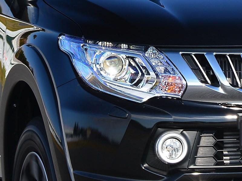 Mitsubishi L200 передняя оптика