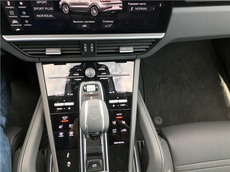 Porsche Cayenne Turbo S E-Hybrid Coupe 2020 центральная консоль