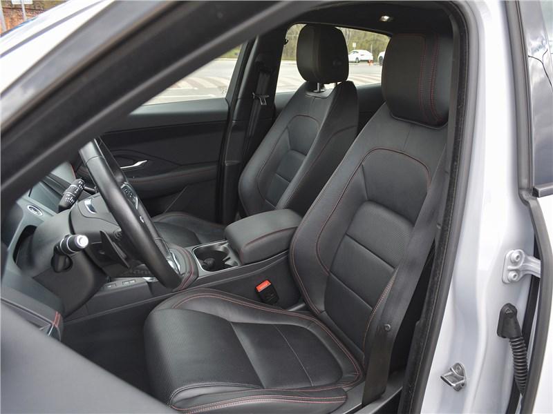 Jaguar E-Pace (2018) передние кресла