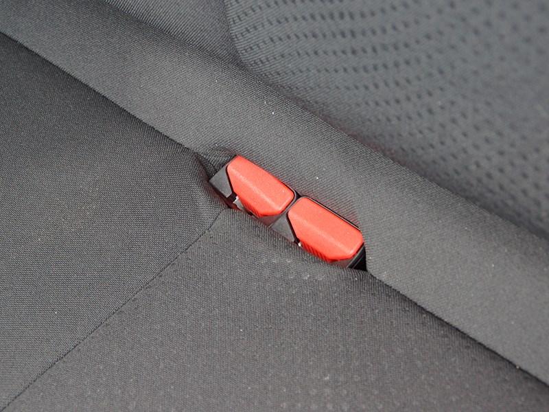 Nissan Almera 2014 замки задних ремней безопасности