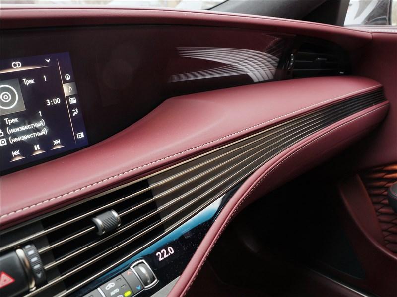 Lexus LS 500 2018 торпедо