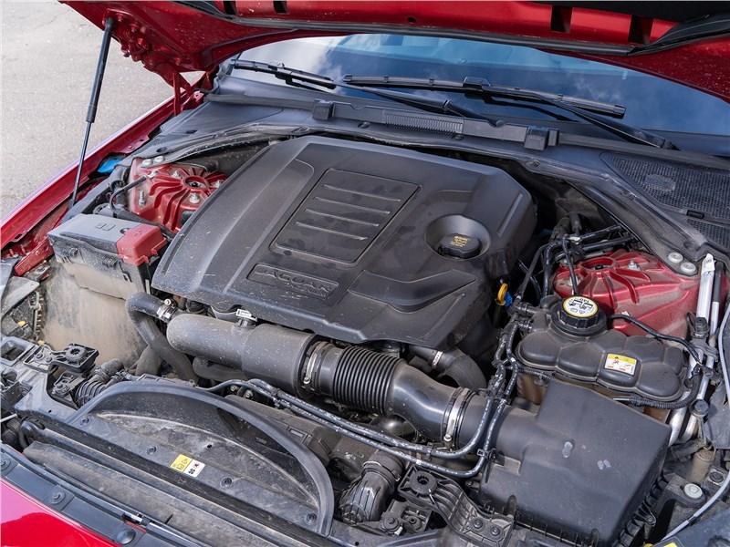 Jaguar XE P250 2020 моторный отсек