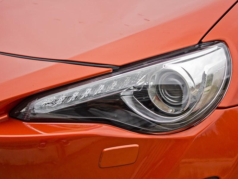 Toyota GT86 2012 передняя фара