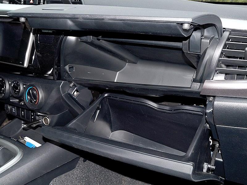 Toyota HiLux 2016 бардачок