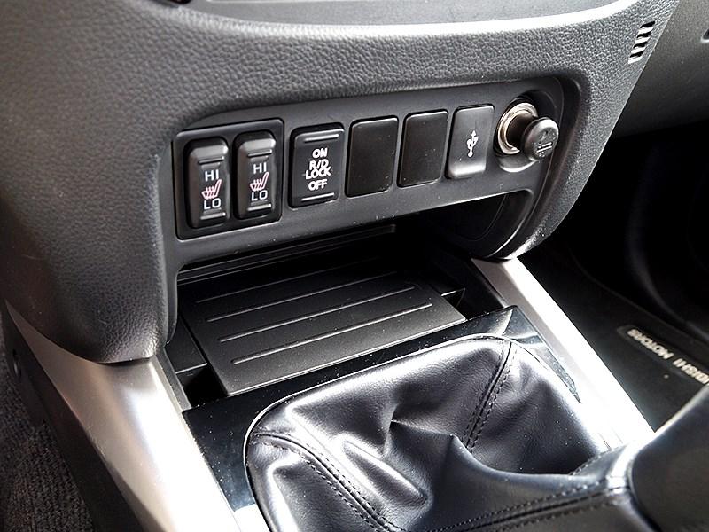 Mitsubishi L200 2015 Кнопка блокировки заднего дифференциала
