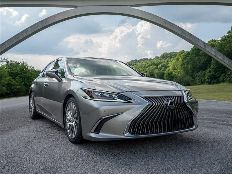 Lexus ES радикально изменил характер