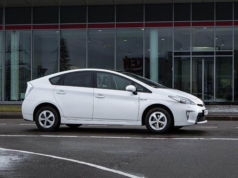 Toyota Prius 2015 вид сбоку