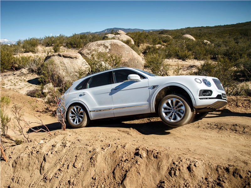 Bentley Bentayga 2016 вид сбоку