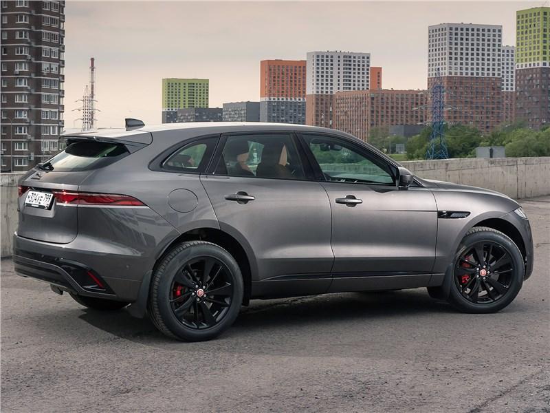 Jaguar F-Pace (2021) вид сбоку сзади