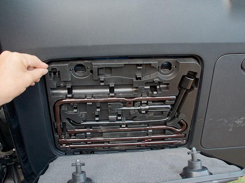 Lexus GX 460 2014 инструмент для замены колеса