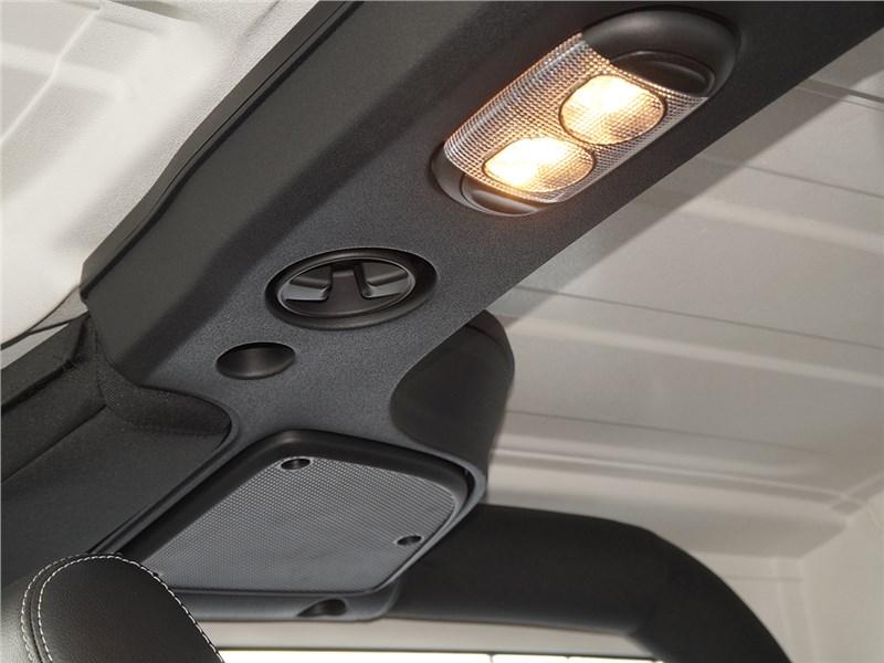 Jeep Wrangler 2007 динамики аудиосистемы и плафон освещения салона
