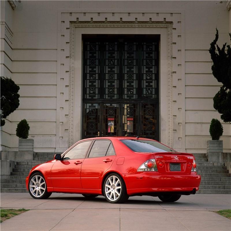 Lexus IS300 2001 седан вид слева сзади