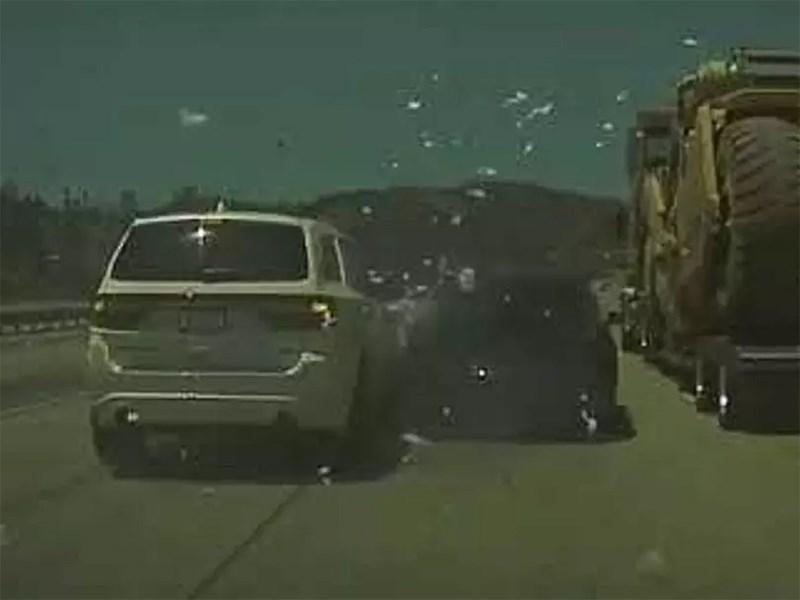 Автопилот Tesla увернулся от одной аварии, но тут же попал в другую