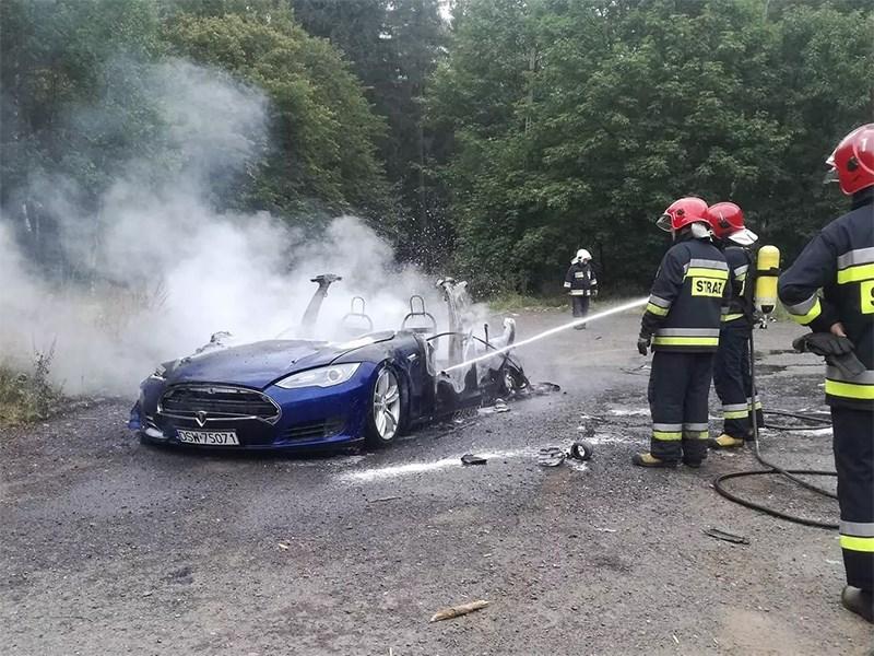 Пожарные не способны тушить электромобили