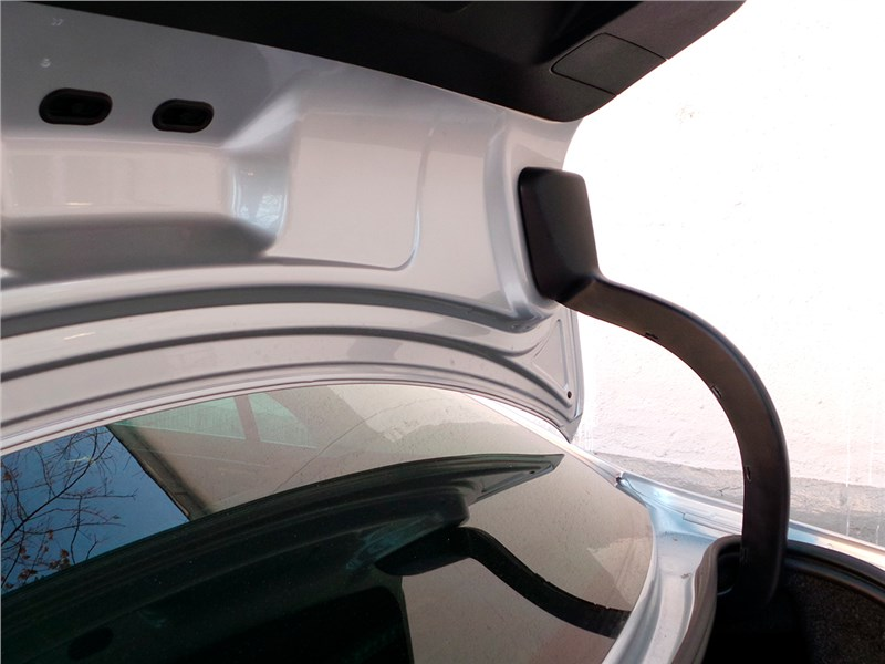 Volkswagen Jetta 2015 петли крышки багажника