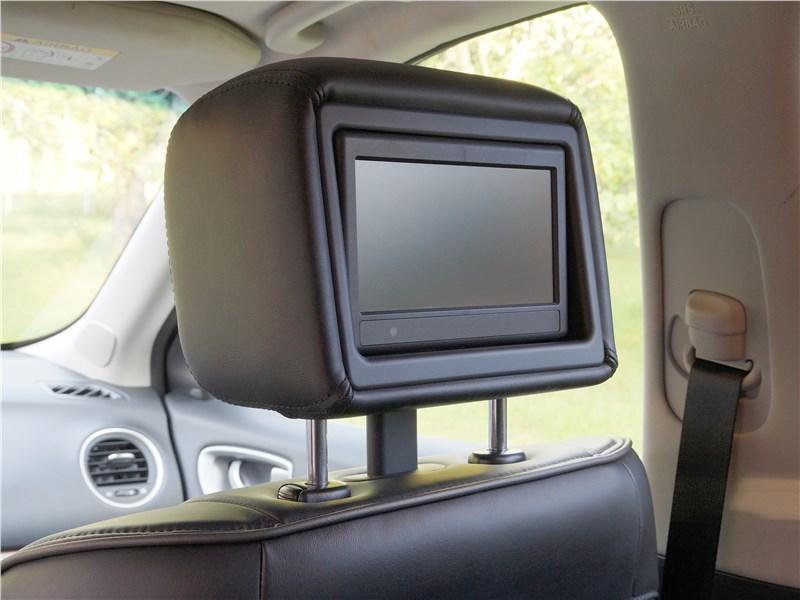 Infiniti QX60 2016 мониторы в подголовниках передних кресел