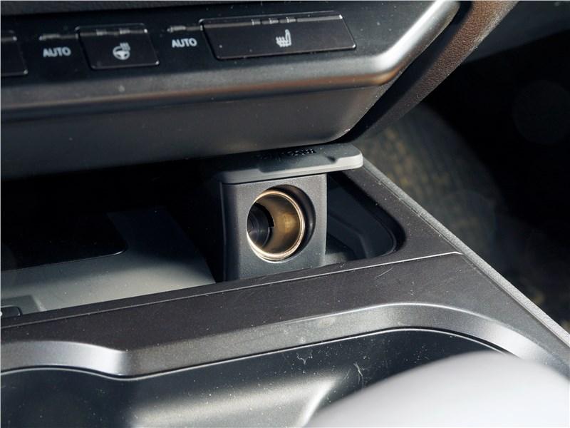 Lexus UX 200 2019 прикуриватель