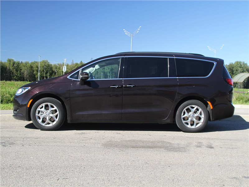 Chrysler Pacifica 2021 вид сбоку