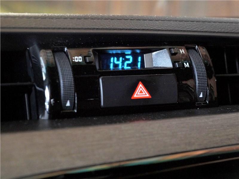 Toyota Hilux (2021) часы