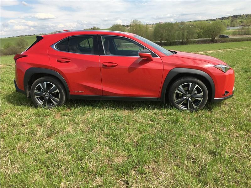 Lexus UX 250H (2019) вид сбоку