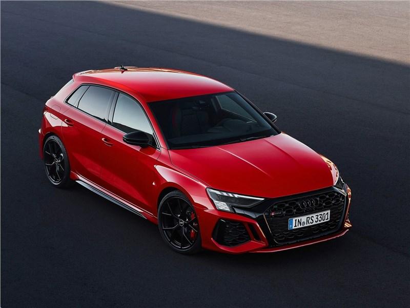 Audi RS3 (2022) вид спереди сверху
