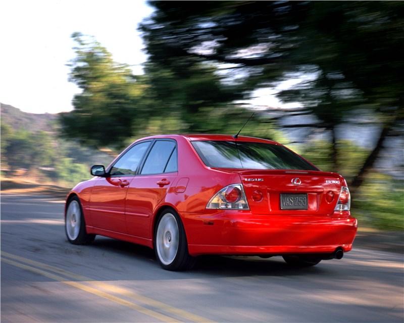 Lexus IS300 2001 седан вид слева сзади в динамике