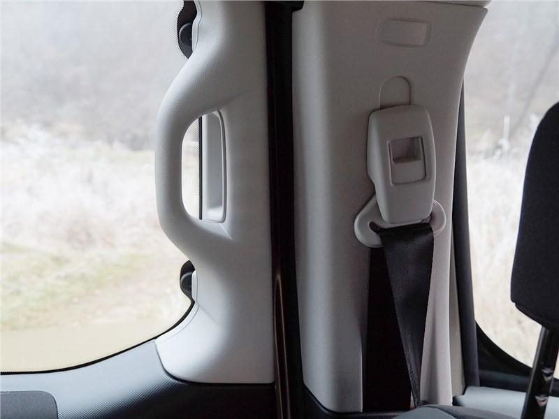 Citroen Berlingo 2012 крепеж ремней безопасности