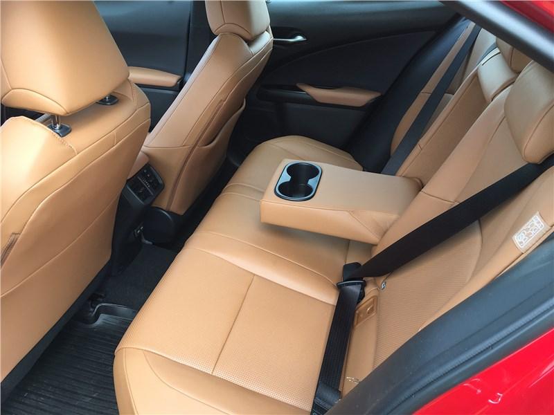 Lexus UX 250H (2019) задний диван