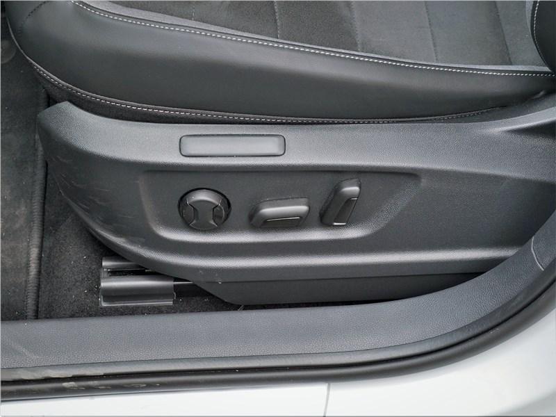 Volkswagen Taos (2022) передние кресла