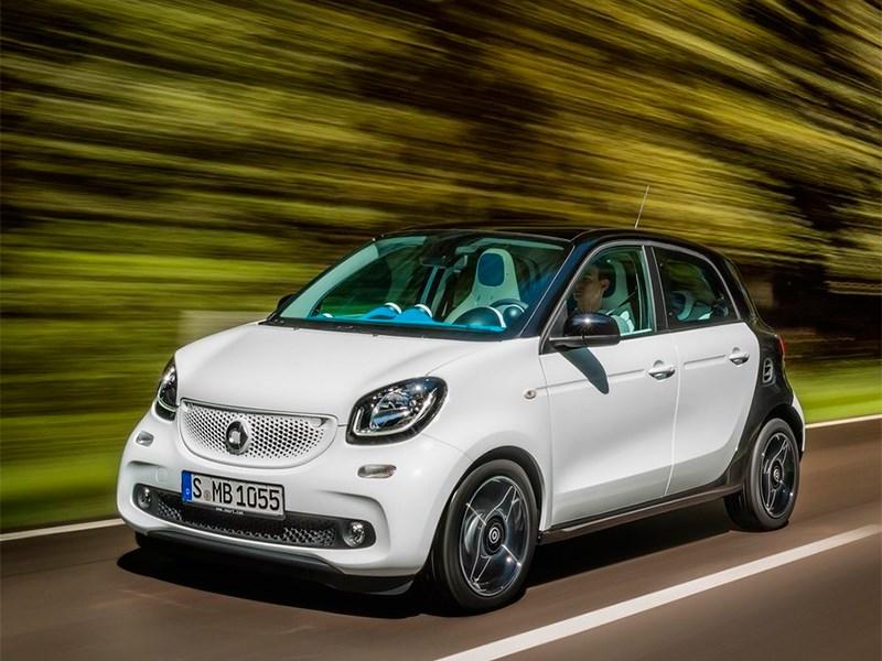 Smart Forfour 2015 вид спереди сбоку на трассе
