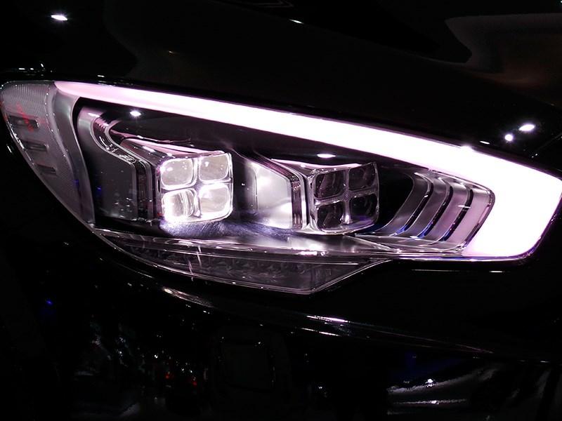 Kia Quoris 2015 передняя фара
