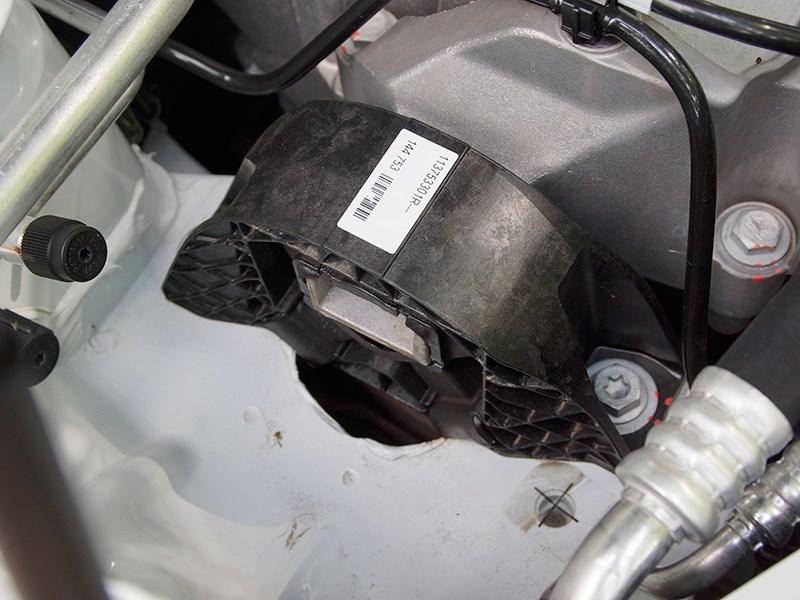 Nissan Almera 2014 правая опора двигателя