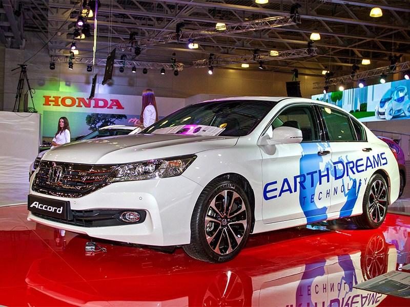Honda Accord 2015 вид спереди сбоку