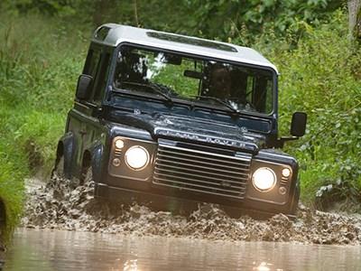 Внедорожник Land Rover Defender покидает Россию