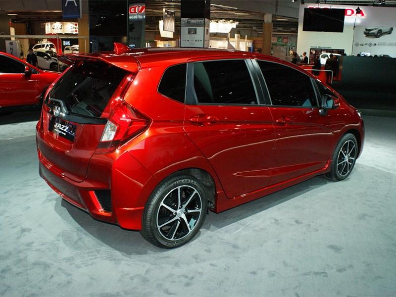 Honda Jazz 2015 вид сбоку сзади