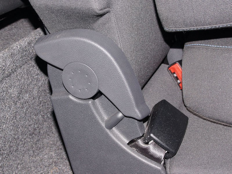 Skoda Yeti 2013 механизм изменения степени наклона спинки заднего сиденья