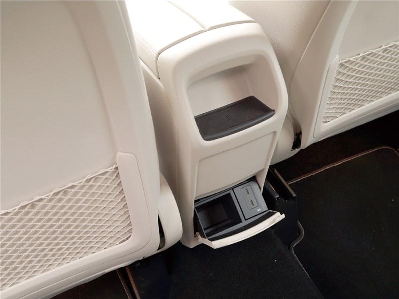 Mercedes-Benz B-Class 2019 разъемы для зарядки гаджетов