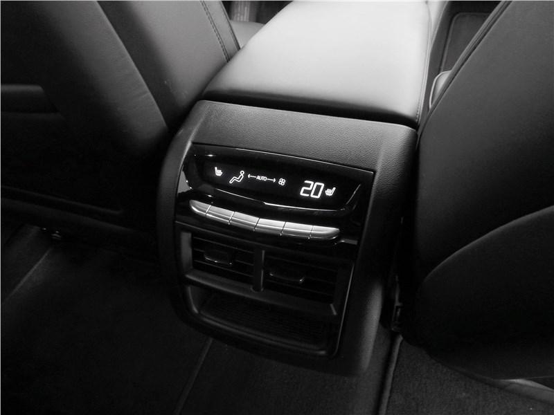 Cadillac XT5 2017 климат для второго ряда