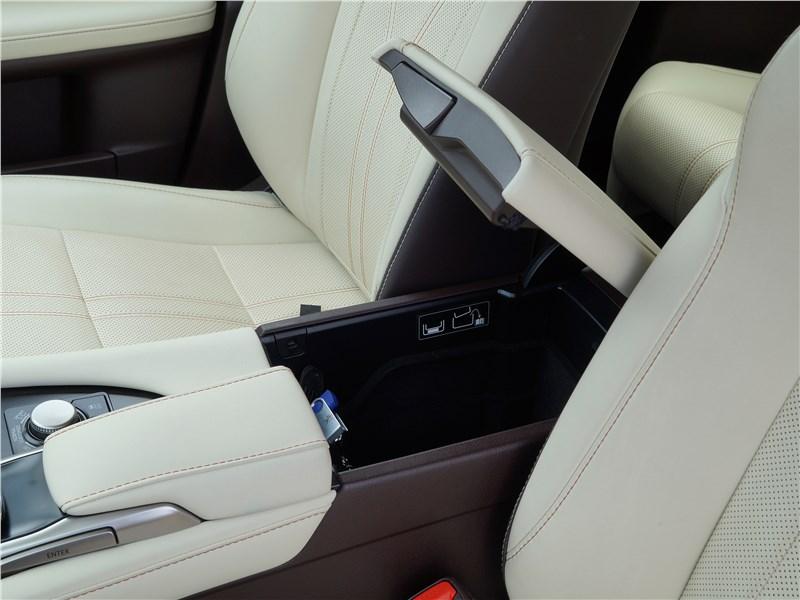 Lexus RX 350L 2018 подлокотник
