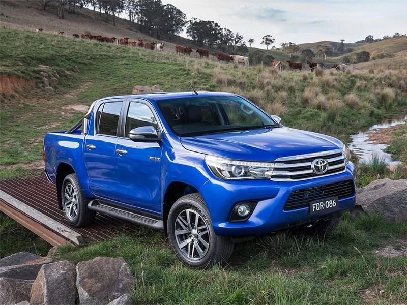 Toyota HiLux 2016 вид спереди сбоку