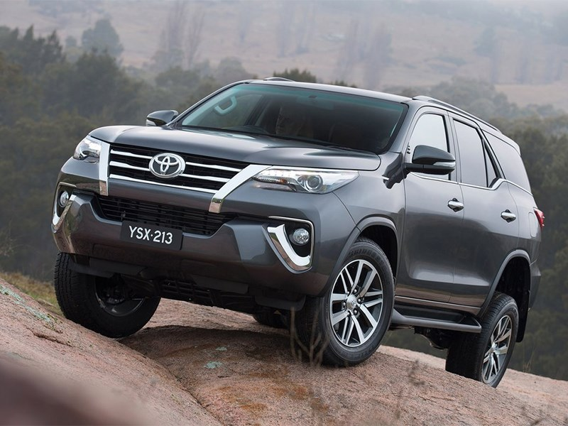 Toyota Fortuner 2016 вид спереди сбоку