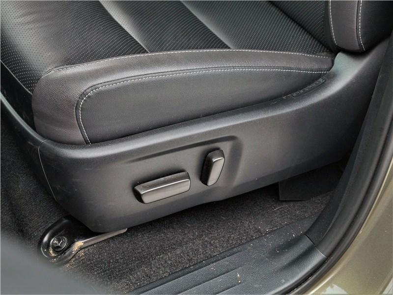 Toyota Hilux (2021) передние кресла