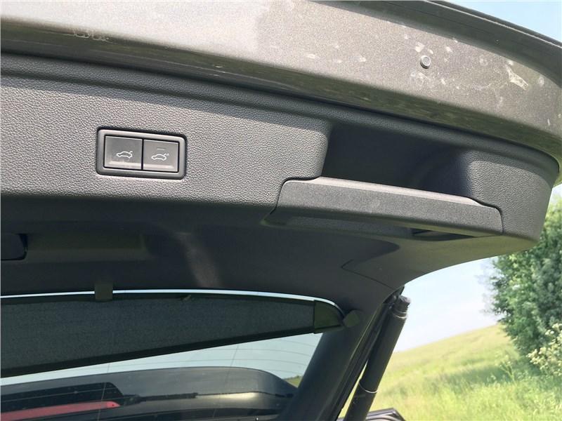 Volkswagen Touareg R-Line (2021) торец багажной двери